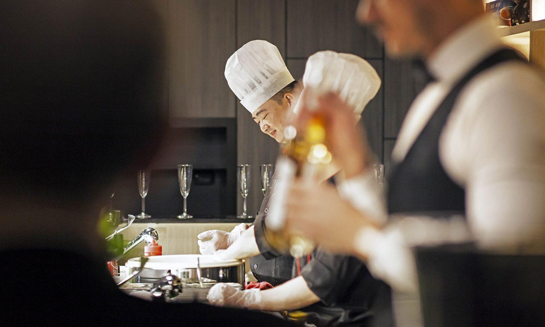 Ristorante sushi chef che preparano i piatti di sushi e sashimi