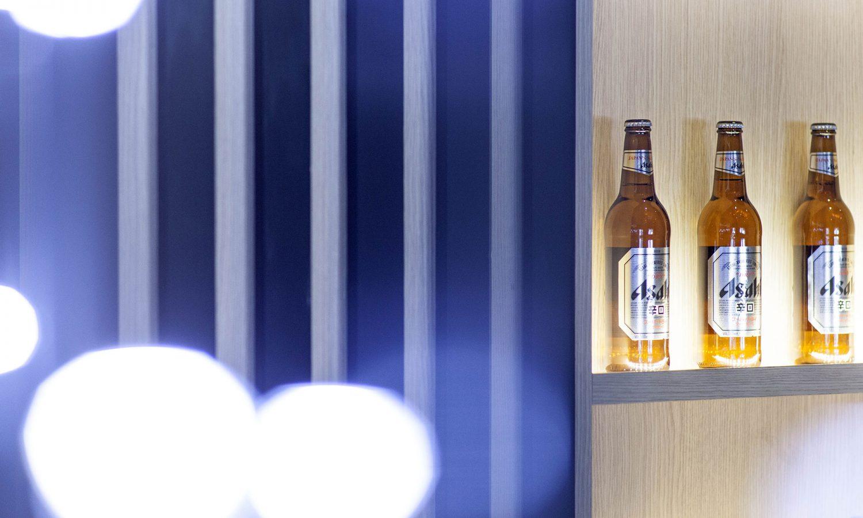 Ristorante cinese e giapponese, dettaglio della parete, birra giapponese e effetto di luce