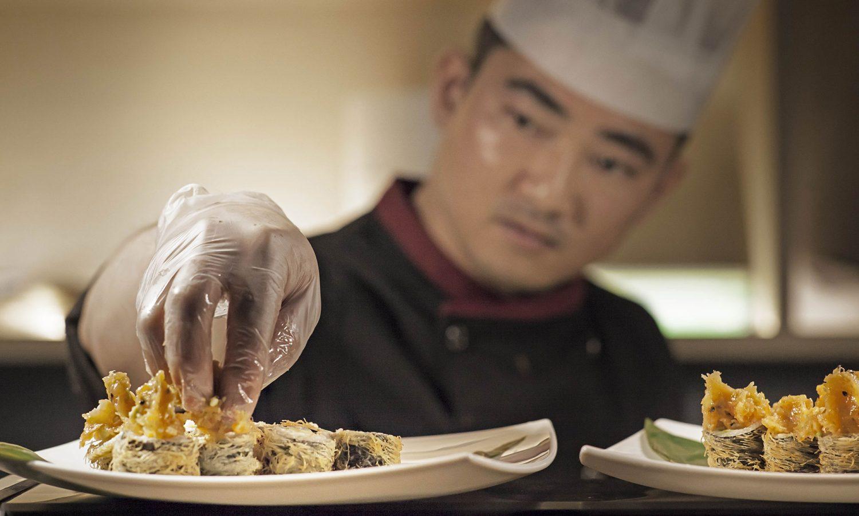 Ristorante sushi, preparazione piatto