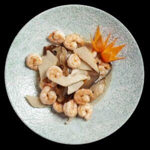 piatto con gamberetti, bambu e funghi