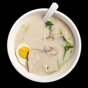 Noodles in brodo caldo con uovo sodo, spalla di maiale e bak choi.
