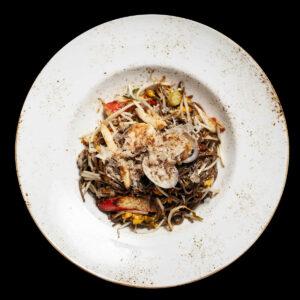 piatto con giocai soba noodles con frutti di mare