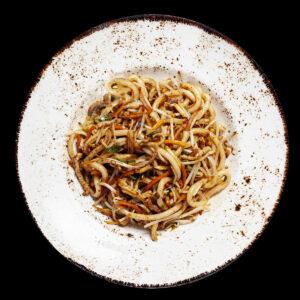 piatto con noodles niku Udon