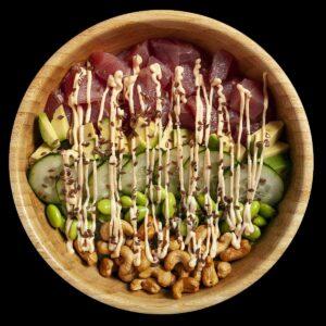 Poke bowl con tonno, avocado, edamame, cetriolo, anacardi, spicy mayo, e semi di lino.