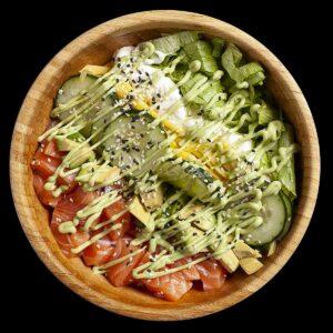 Poke bowl con salmone, Philadelphia, avocado, mango, iceberg, cetriolo, sesamo, avocado cream.