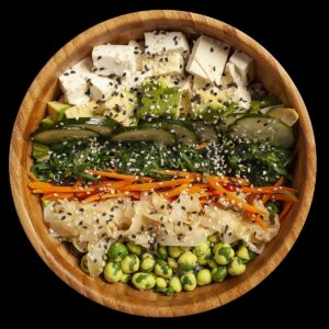 Poke bowl vegetariana con tofu, avocado, cetriolo, carota, zenzero, wasabi beans e sesamo.