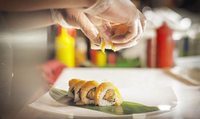 chef impiatta roll di sushi
