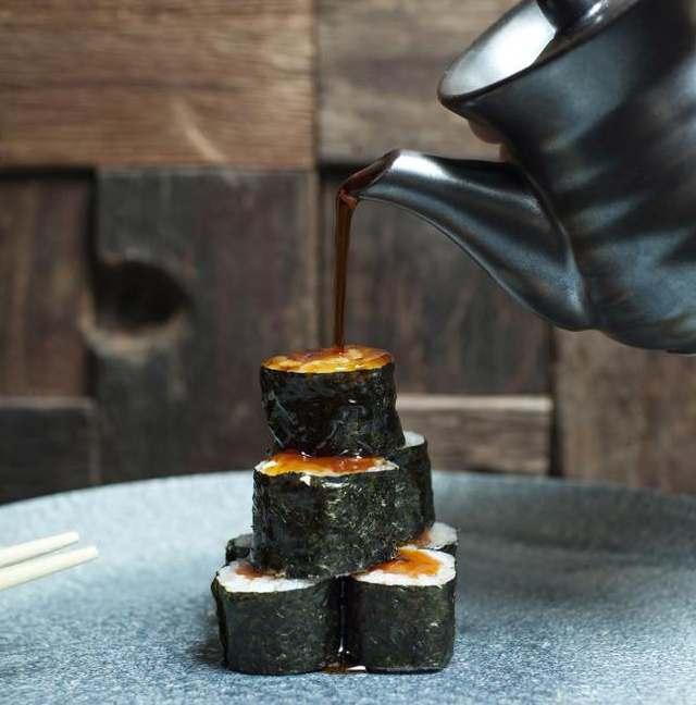 rolls di sushi con salsa di soia artigianale