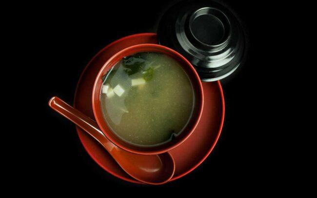 zuppa di miso servita in ciotola rossa