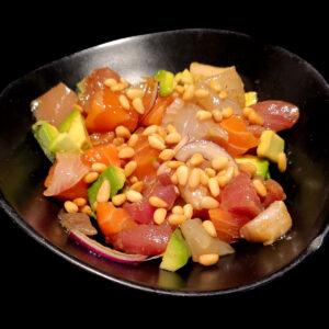 ceviche di pescato misto con succo di lime, cipolla rossa, olio evo, pinoli e salsa Poke