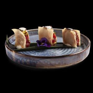 3 tartare di tonno con scaglie di tartufo nero, sfoglia croccante e avocado