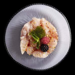 tartare ukiko di branzino a dadini, melone, granella di pistacchio, salsa teriyaki