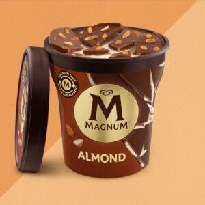 Gelato magnum alla vaniglia con scaglie e guscio di croccante cioccolato e mandorle.