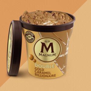 Gelato magnum al gusto di biscotto e alla panna, scaglie di cioccolato 'golden caramel'e salsa al caramello con una nota di cannella