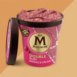 Gelato magnum alla panna, salsa ai mirtilli e croccanti scaglie di cioccolato ruby.